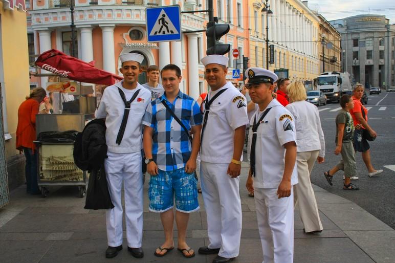 Филиппинский моряки на день ВМФ в Петербурге.