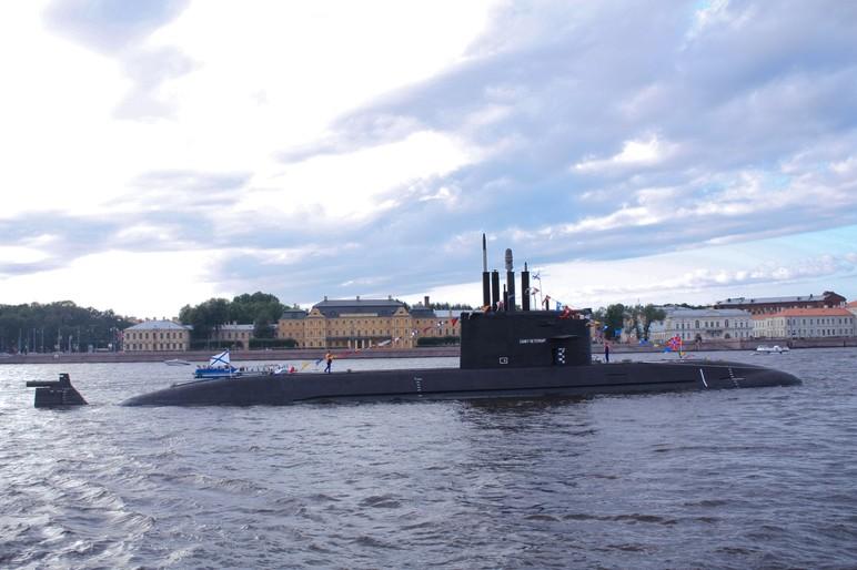 """Подводная лодка """"Санкт-Петербург"""" во время парада на день ВМФ."""