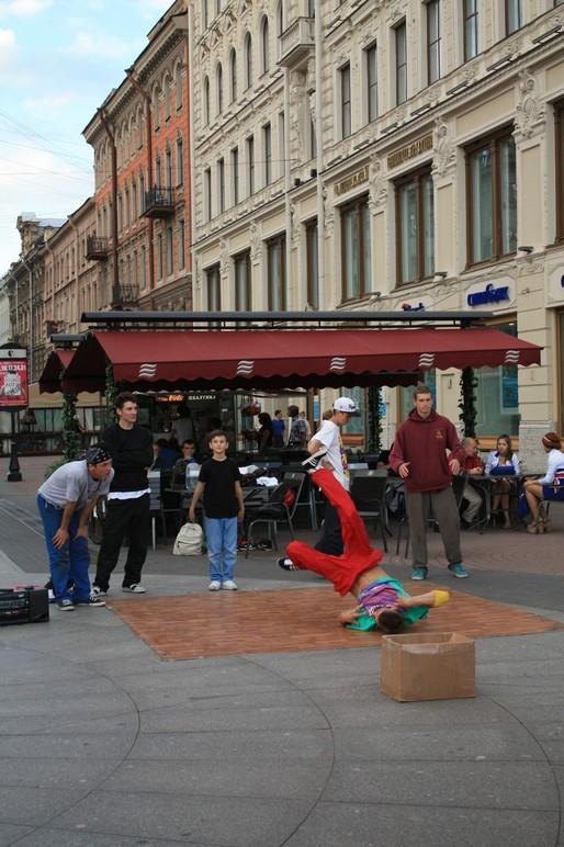 Выступление уличные танцоров на день города.