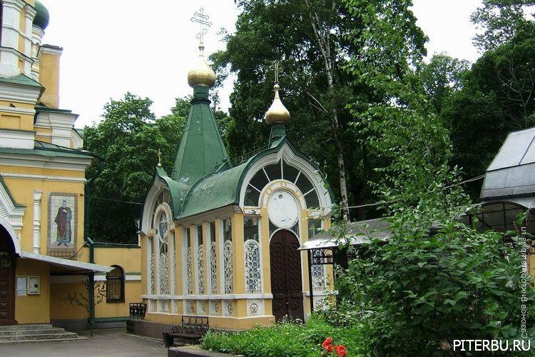 Народный дом графини Паниной, Крестовоздвиженская церковь, Волковское кладбище