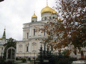 Воскресенский монастырь, Московские триумфальные ворота, Парк Победы в Петербурге