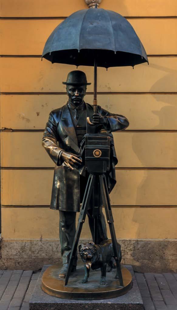 На Малой Садовой улице стоит бронзовый памятник петербургскому фотографу — это и есть Карл Булла