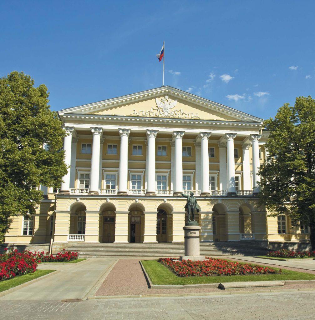 Сегодня в здании бывшего Смольного института размещается правительство Санкт-Петербурга