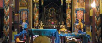 Особенной величавостью отличается алтарный зал буддийского храма — именно здесь проводятся хуралы (молебны)