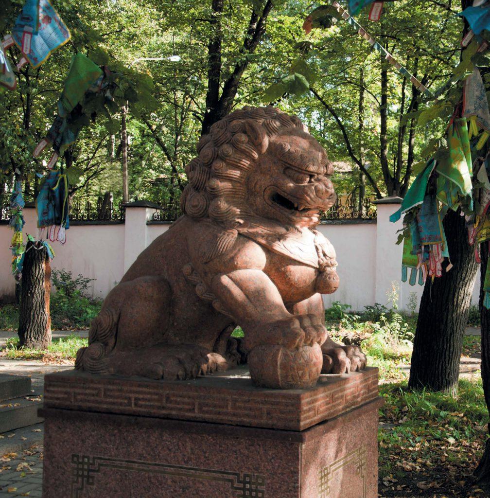 Вход в буддийский храм украшают каменные скульптуры львов