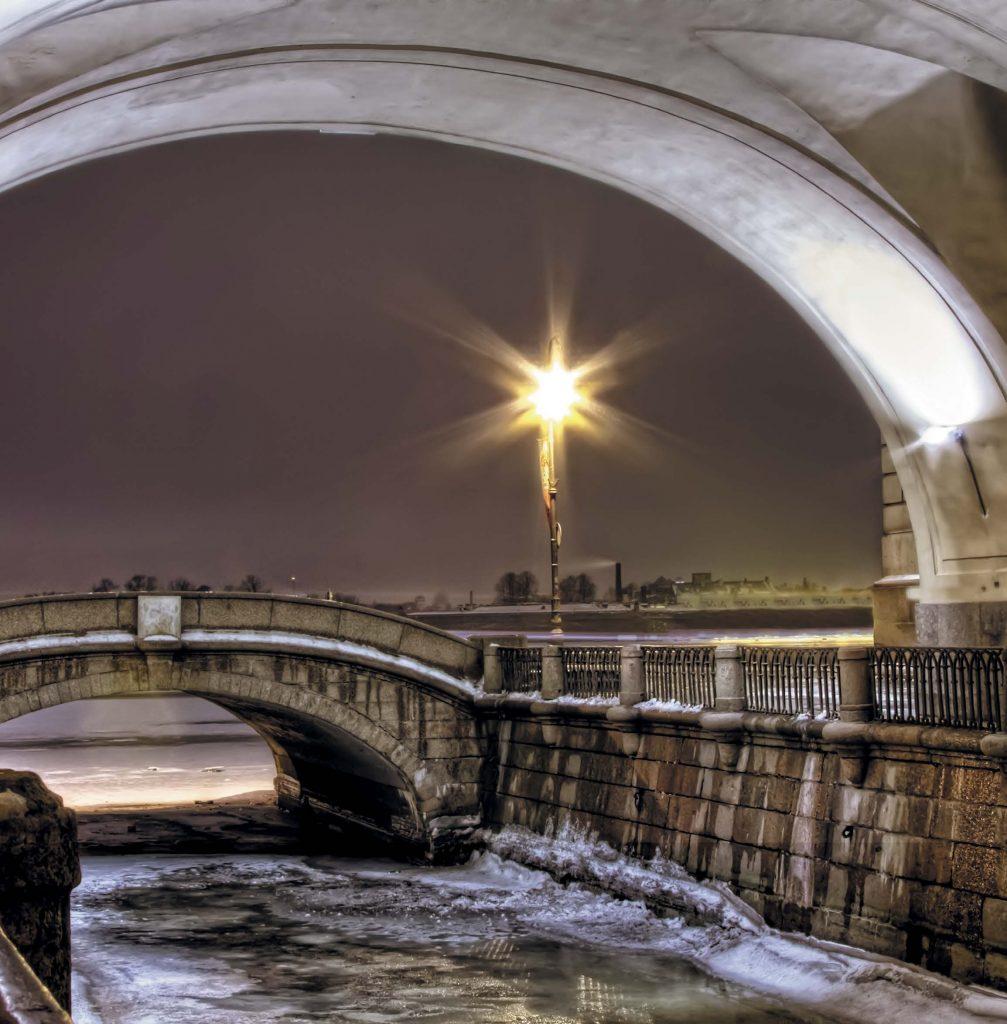 Через небольшую Зимнюю канавку переброшены три моста: Первый Зимний, Второй Зимний и Эрмитажный (бывший Зимнедворцовый)