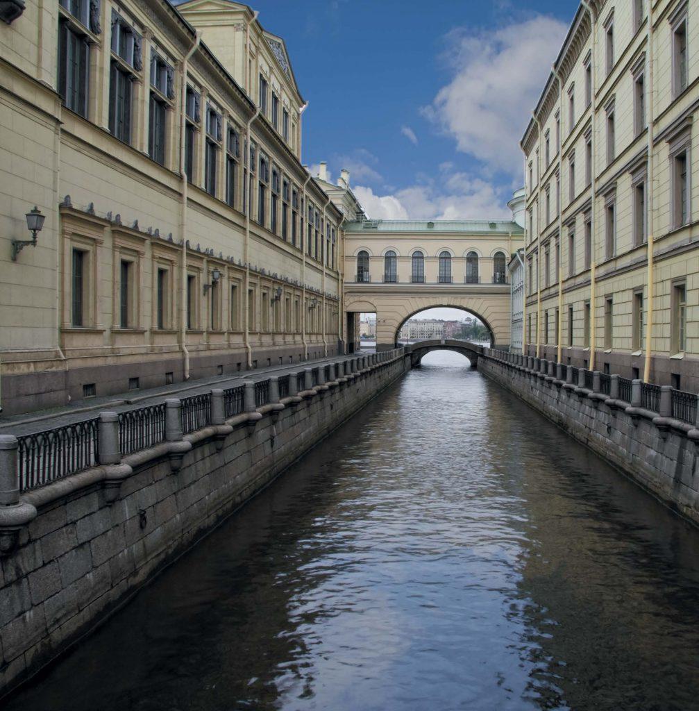 В XVIII в. набережная Зимней канавки называлась Почтовой, поскольку неподалеку от нее, на нынешней Миллионной улице, располагался Почтовый двор