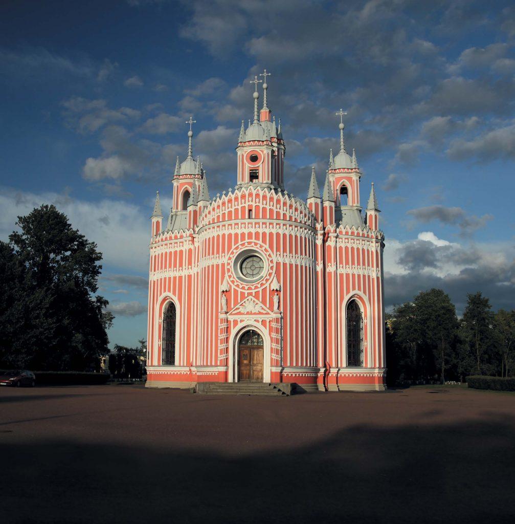 За многолетнюю историю своего существования Чесменский дворец несколько раз перестраивался и во многом изменил свой первоначальный облик