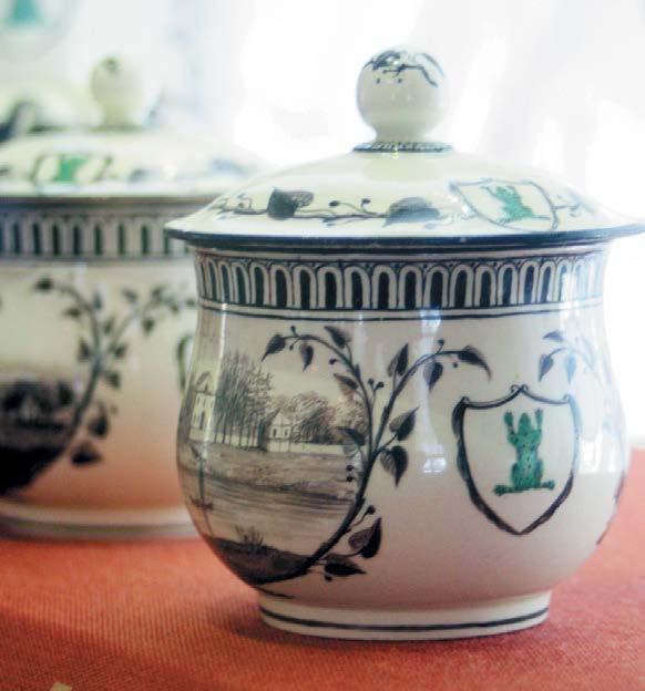 Специально для Чесменского дворца на фабрике Веджвуда в Англии на заказ выполнили знаменитый сервиз «С зеленой лягушкой» из 952 предметов