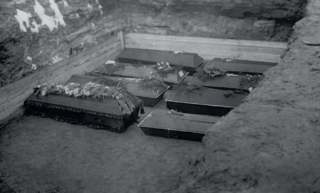 Братская могила на Марсовом поле после Февральской революции. Фотография. 1917
