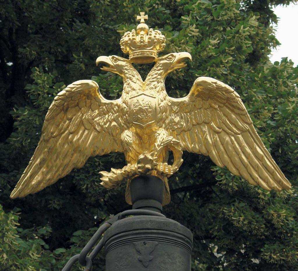 Двуглавый орел на ограде, установленной вокруг Спасо-Преображенского собора