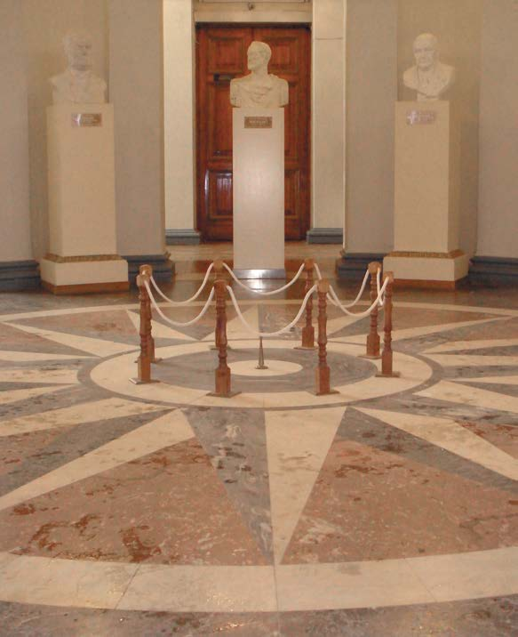 Бронзовый знак в точке отсчета Пулковского меридиана. Круглый зал Пулковской обсерватории