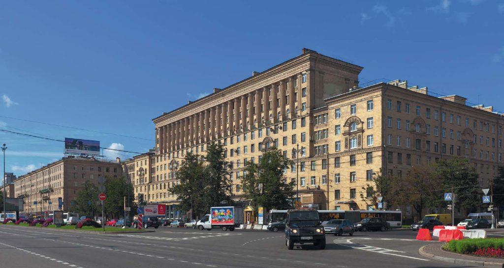 Московский проспект, как и Пулковское шоссе, лежит как раз на линии меридиана