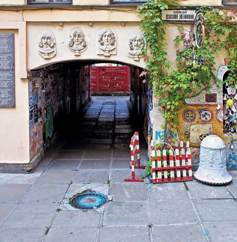 Стену перед входом в храм любви, мира и музыки имени Джона Леннона украшает желтая подводная лодка и барельефы членов ливерпульской четверки