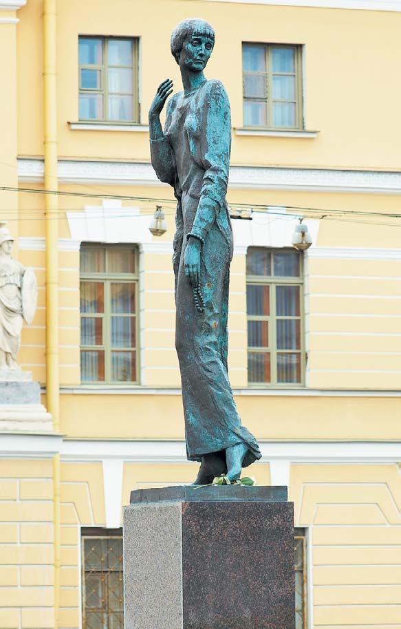 Памятник Анне Андреевне Ахматовой на Набережной Робеспьера