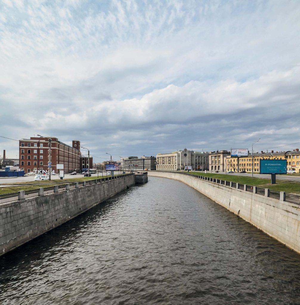 Обводный канал, или, как его называли изначально, Обводной, — самый протяженный в Петербурге. Его длина — 8 км