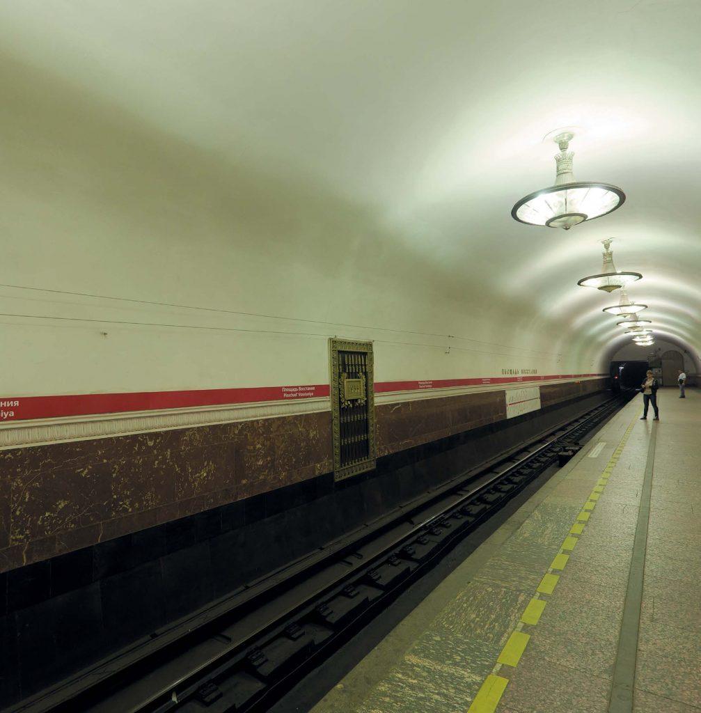 На станции метро «Площадь Восстания» в первые годы после открытия слышались духовные песнопения в исполнении хора