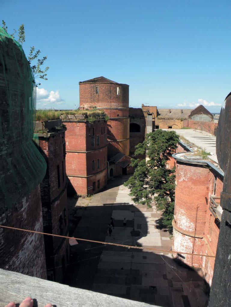 Внутренний двор форта «Император Александр I» (Чумной форт)