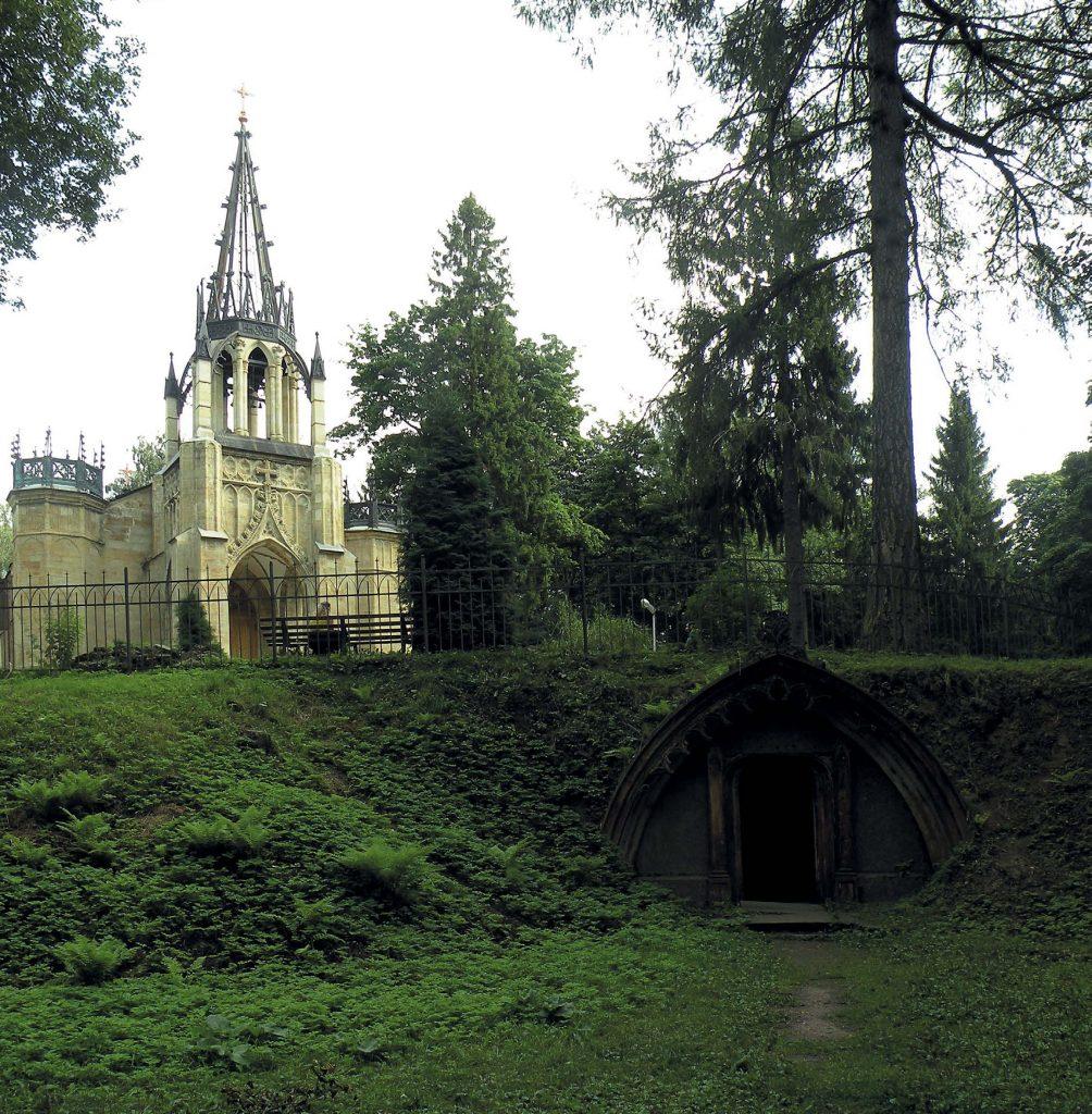 Шувалово. Склеп Адольфа Полье на фоне церкви Петра и Павла