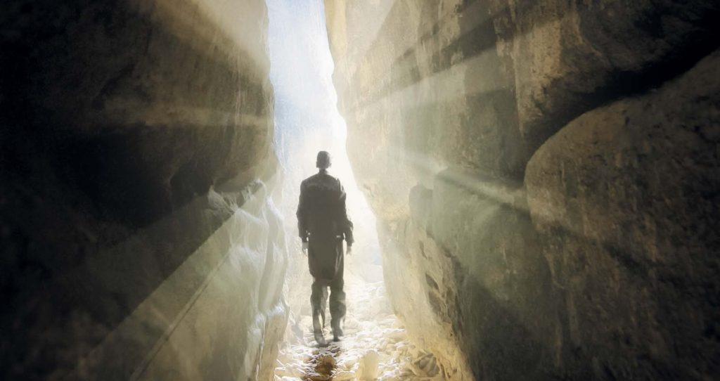 Белый Спелеолог помогает заблудившимся туристам, но жестоко карает предателей