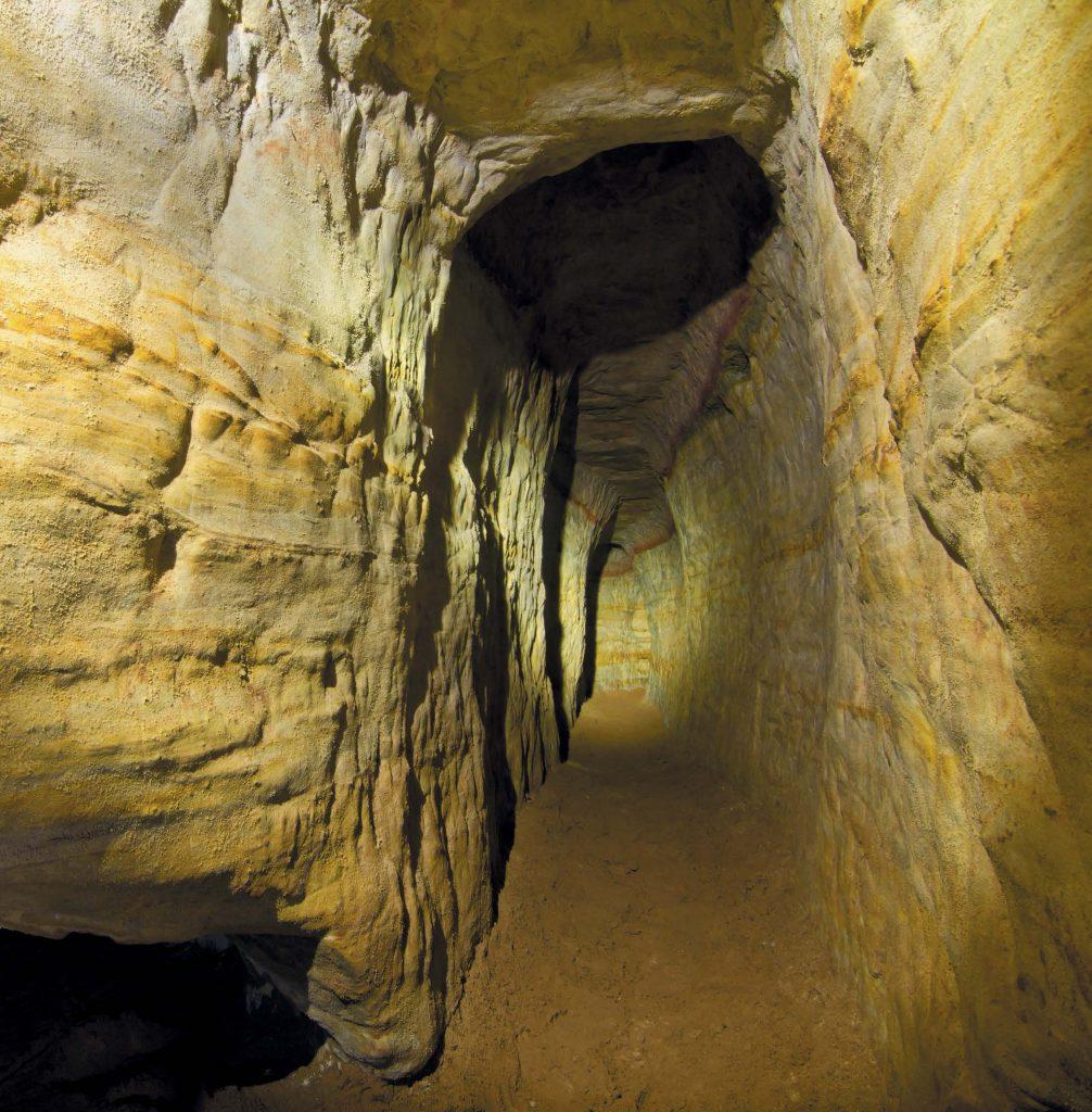 В Саблино находятся четыре большие пещеры (Левобережная, или Помойка, Жемчужная, Штаны, Верёвка) и несколько малых (Трёхглазка, Пляжная, Мечта, Санта-Мария, Графский Грот, Лисьи Норы)