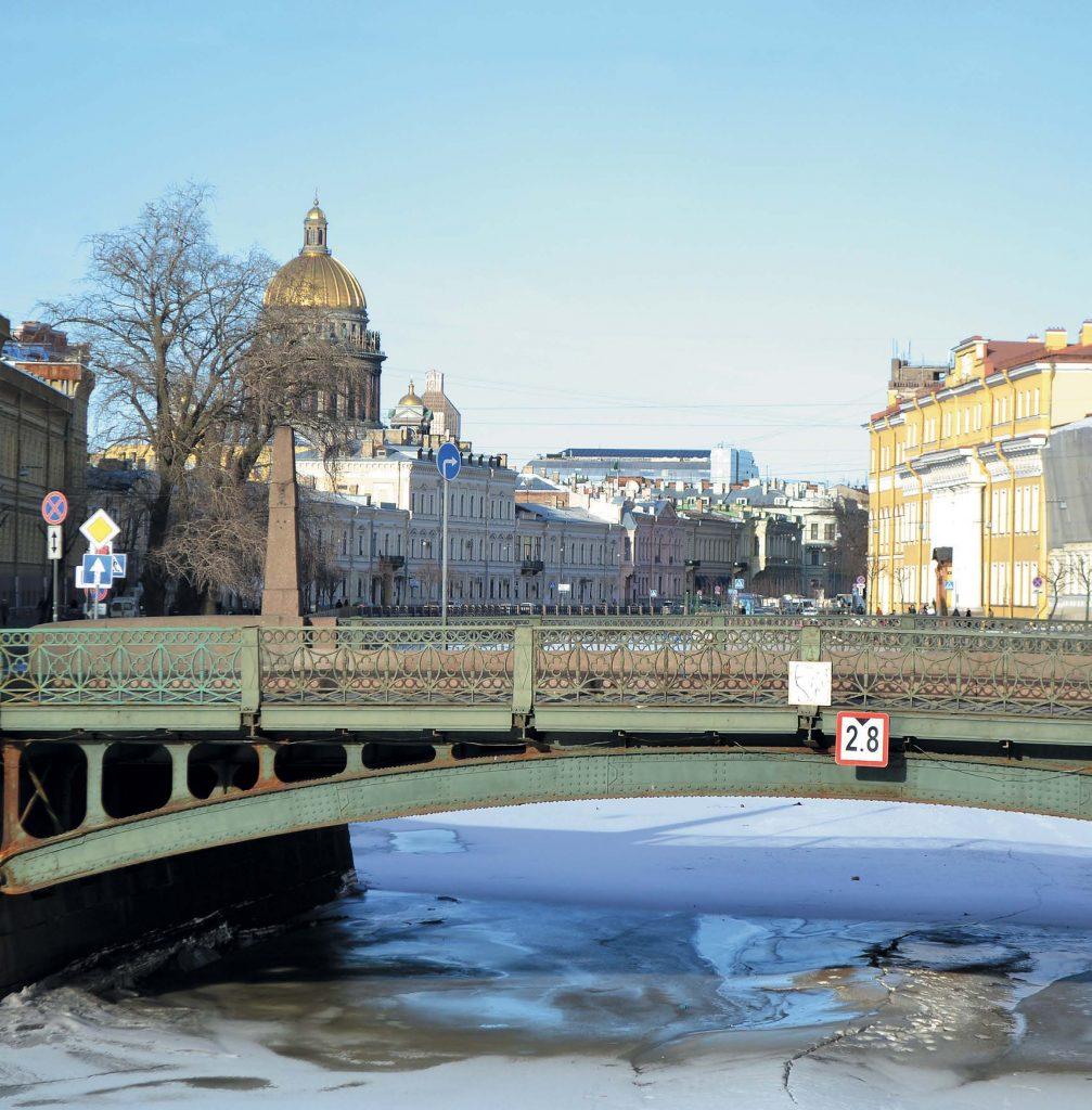 Первый, еще пешеходный и деревянный, мост появился на месте нынешнего Поцелуева моста в 1738 г.