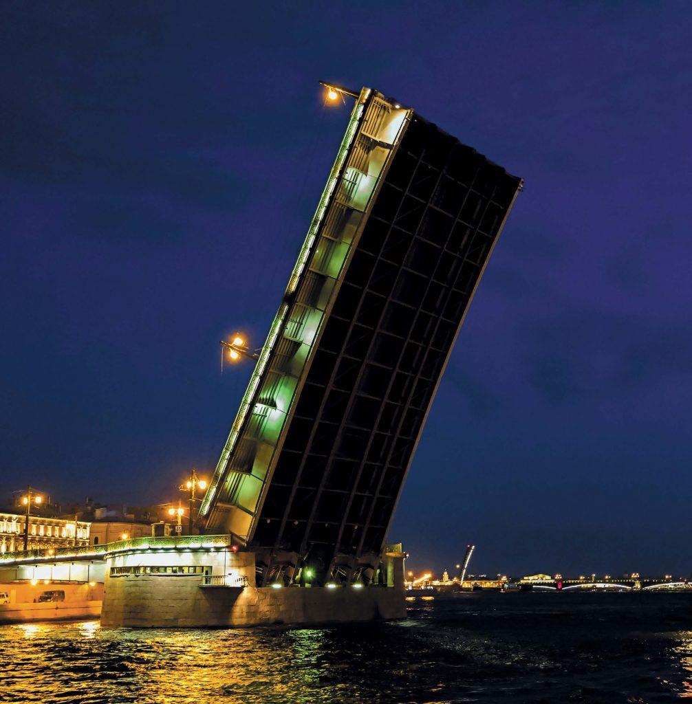 Условия строительства Литейного моста были крайне сложными: Нева здесь имеет наибольшую глубину (24 м)