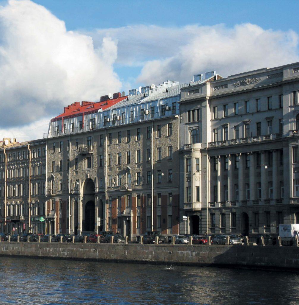В Толстовском доме есть как дорогие многокомнатные апартаменты с видом на Фонтанку, так и небольшие квартирки, глядящие окнами во внутренние дворы-колодцы