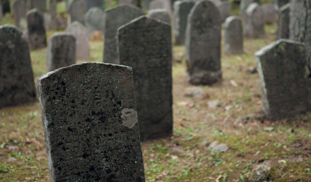 Гранитные плиты, из которых построен дом, оказались надгробиями
