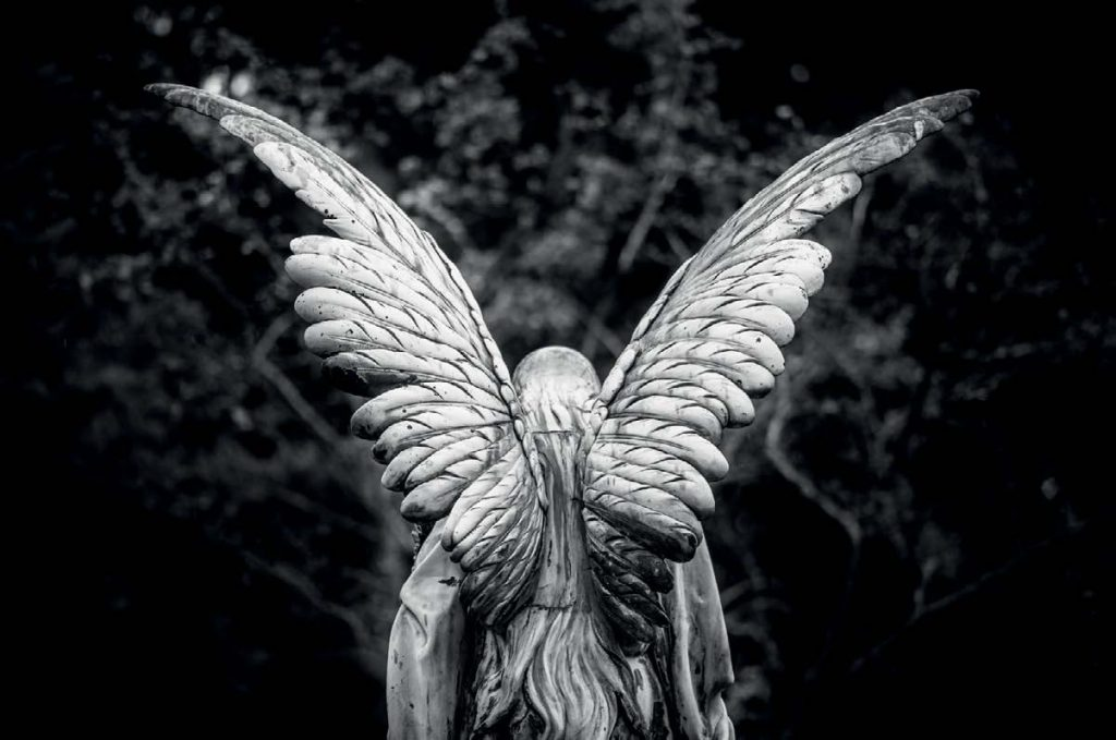 Говорят, что в этом удивительном дворе некоторым удалось увидеть настоящего ангела