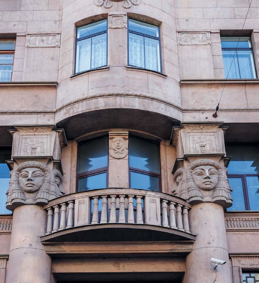 Выступающие из стен колонны увенчаны головами четырехликой богини любви