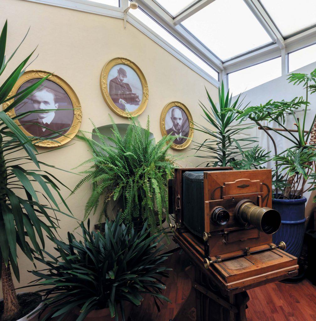 Сегодня в доме № 54 на Невском проспекте, где находилась мастерская Карла Карловича Буллы, открыт фотосалон его имени и работает небольшой музей
