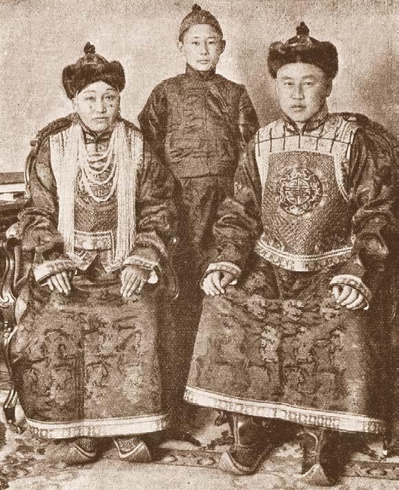 Монгольский министр Саин-Наин-хан и его семья. Фотография для журнала «Нива». Карл Булла. 1913