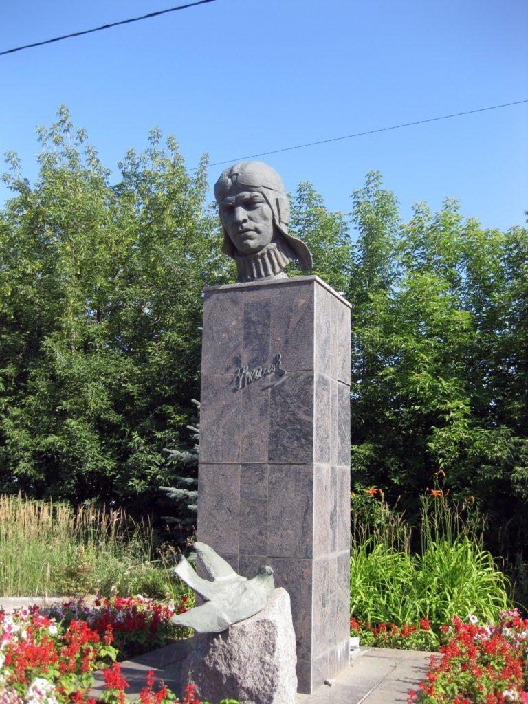 Бюст В.П. Чкалова на улице Большая Зеленина 12 (метро Чкаловская) в Петербурге