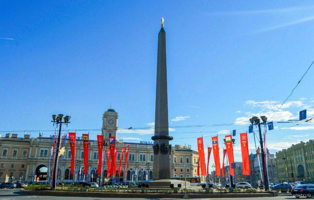 Памятник городу-герою Ленинграду в центре площади Восстания Петербурга