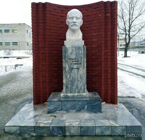 Бюст В.И.Ленина во дворе Военного инженерно-технического университета Петербурга
