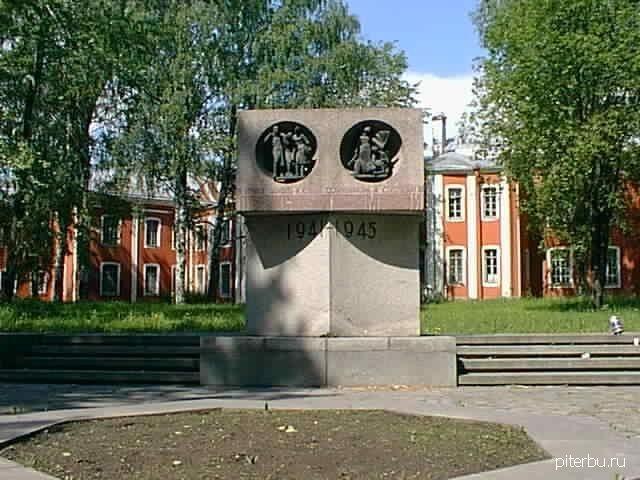 Памятник фронтовым медикам на территории Ленинградского санитарно-гигиенического института (Пискаревский пр., 47)