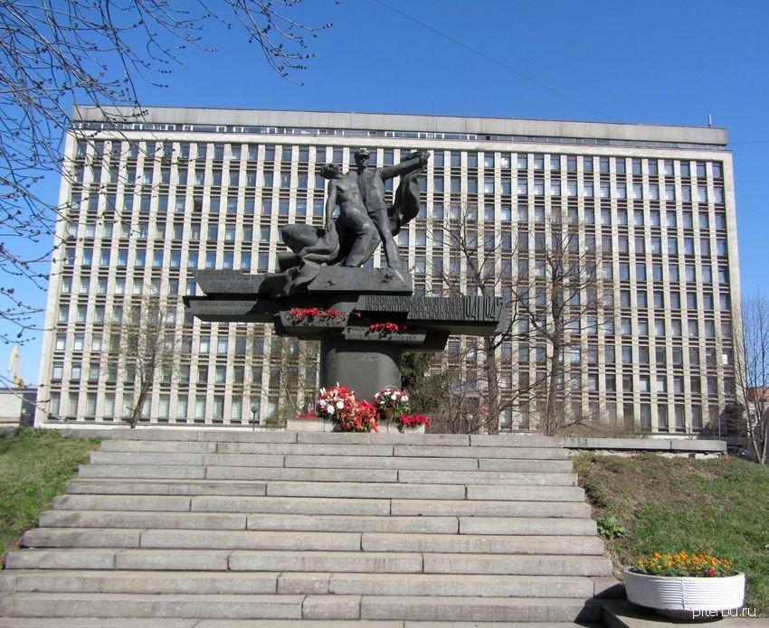 Памятник героям-морякам Балтийского морского пароходства и труженикам Ленинградского морского торгового порта у ворот Петербургского порта