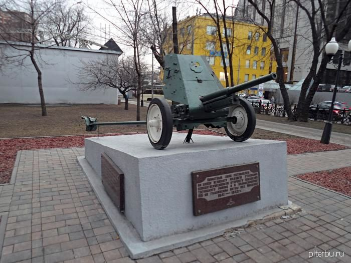 Памятный знак «Противотанковая пушка» около СЗРЦ МЧС пр. Металлистов, 119