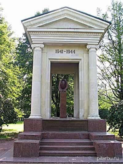 Памятник жертвам блокады в Московском парке Победы в Петербурге