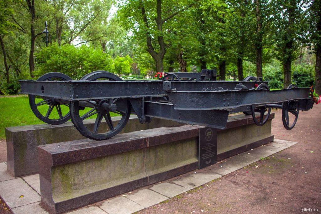 Памятный знак «Вагонетка» в Московском парке Победы в Петербурге
