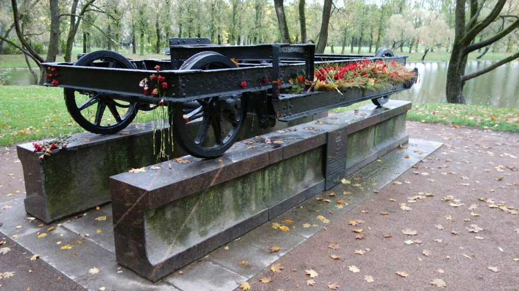 Памятный знак жертвам блокады Ленинграда в Московском парке Победы в Петербурге