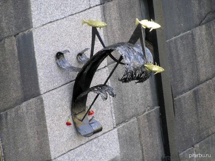 Памятный знак «Блокадной колюшке» в Кронштадте у Синего моста