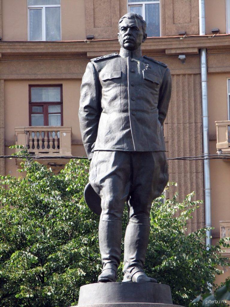 Памятник Л.А. Говорову на пл. Стачек около Нарвских ворот в Петербурге