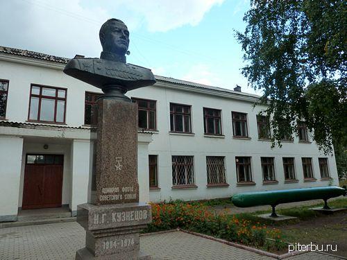 Бюст Н.Г. Кузнецова во дворе Военного инженерно-технического университета (Захарьевская ул., 22) в Петербурге