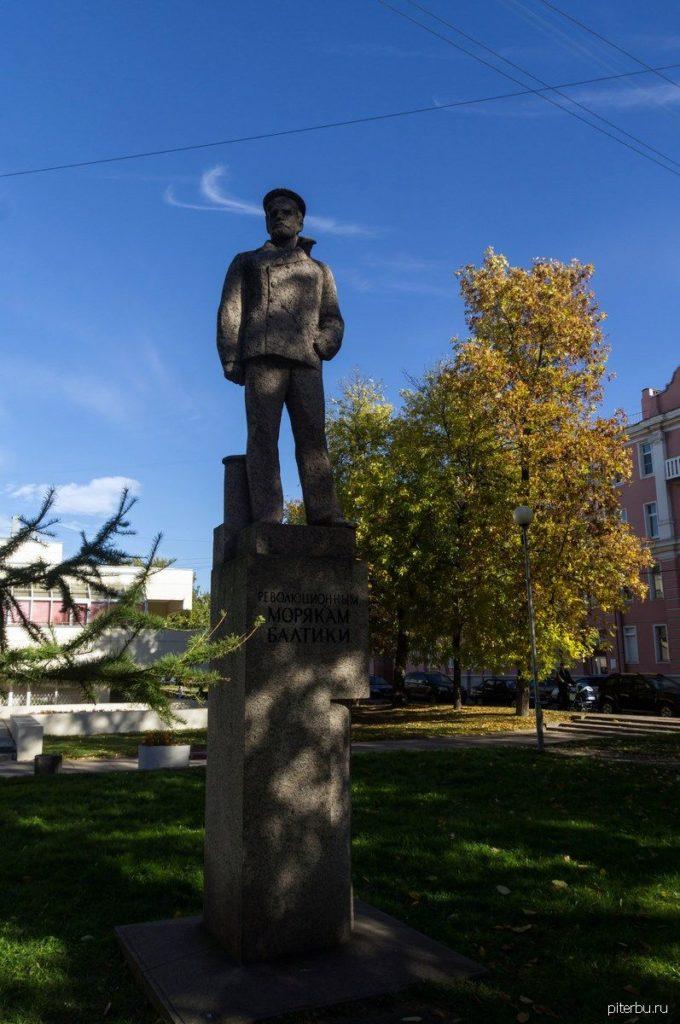 Памятник морякам Балтики в Кронштадте перед кинотеатром «Бастион»