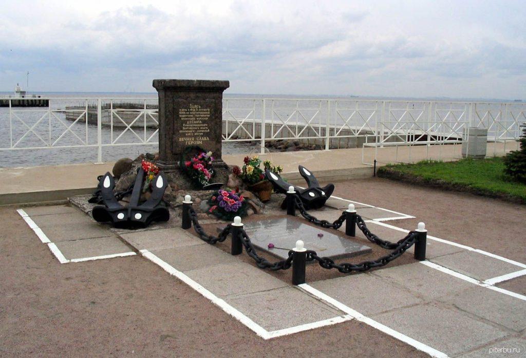 Памятный знак морскому десанту в Стрельне на ул. Портовой