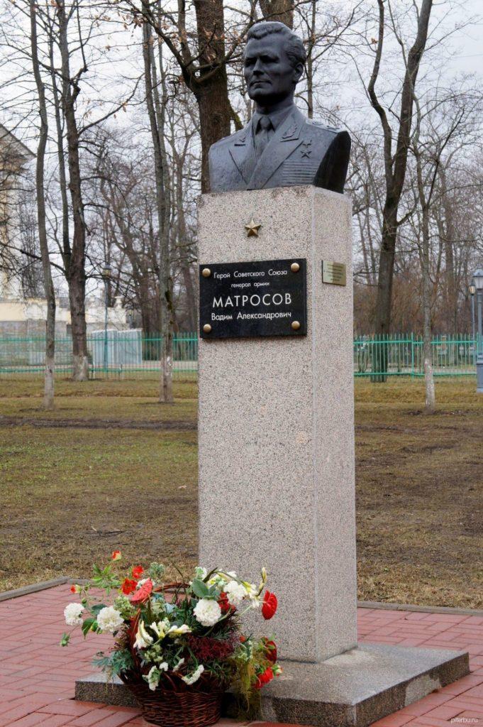 Бюст В.А. Матросова на территории пограничного кадетского корпуса ФСБ РФ в Петербурге