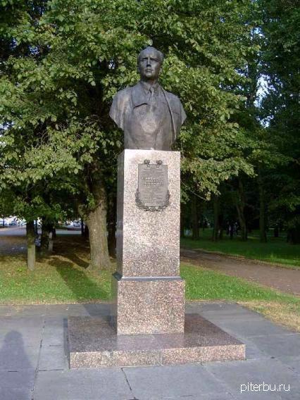 Бюст М.П. Панфилова на Аллее героев Московского парка Победы в Петербурге