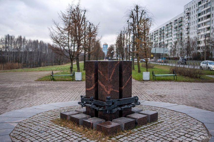 Памятный знак «Ликвидаторам чернобыльской катастрофы» в Приморском районе Петербурга
